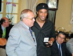 Ronaldinho Gaúuho ganha a medalha Machado de Assis