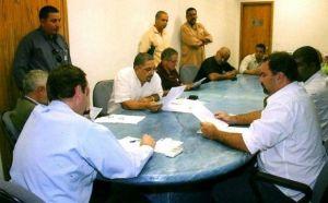 reuniao-em-2009-mostra-eduardo-paes-negociando-cooperativas-com-lideres-